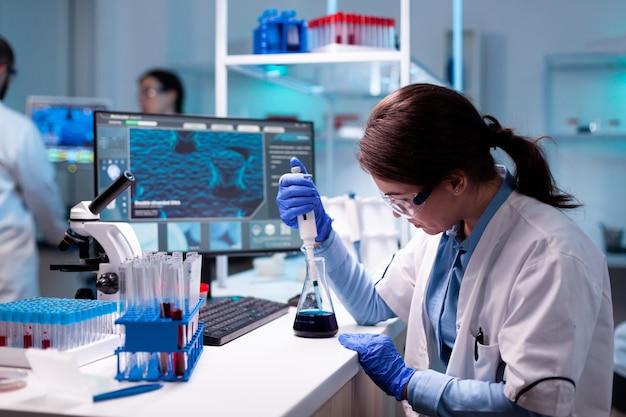 Docteur en chimie en génie du virus avec compte-gouttes de médecine mciropiette
