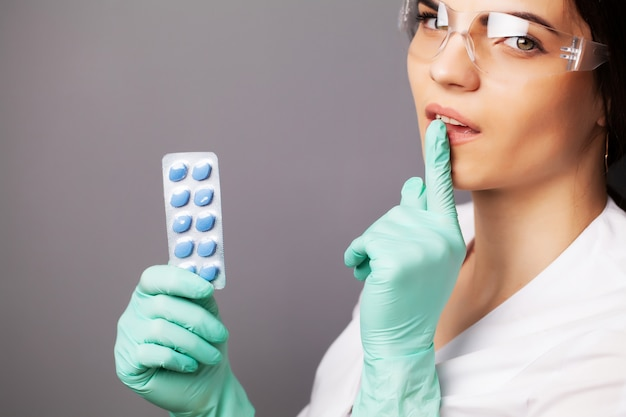 Docteur, clinique, tenue, pilules, traiter, sexuel, problèmes, hommes