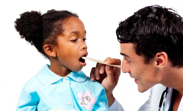 Docteur confiant vérifiant la gorge de son patient