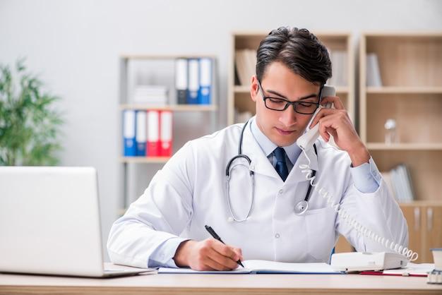 Docteur consultant le patient par téléphone