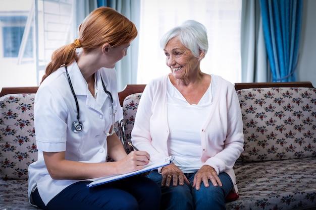 Docteur, consultation, personne agee, femme