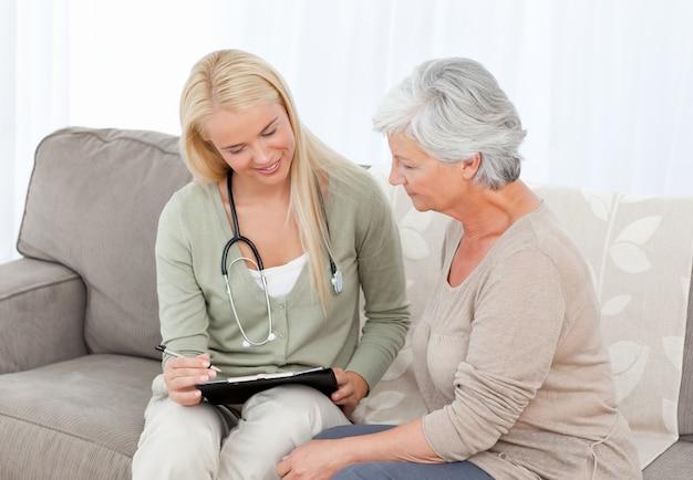 Docteur en conversation avec son patient
