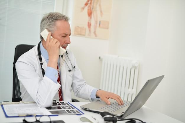 Docteur, conversation téléphone