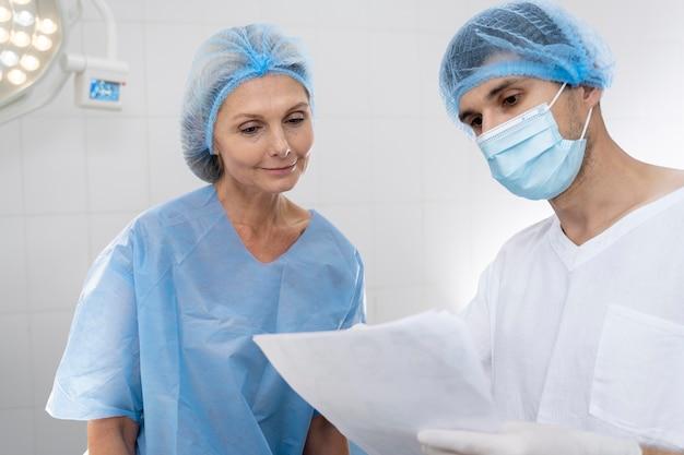 Docteur de coup moyen discutant au patient