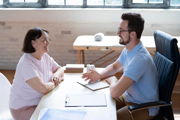 Docteur de coup moyen discutant avec la femme