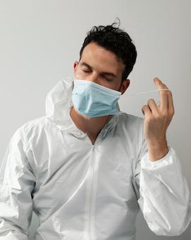 Docteur coup moyen enlevant le masque