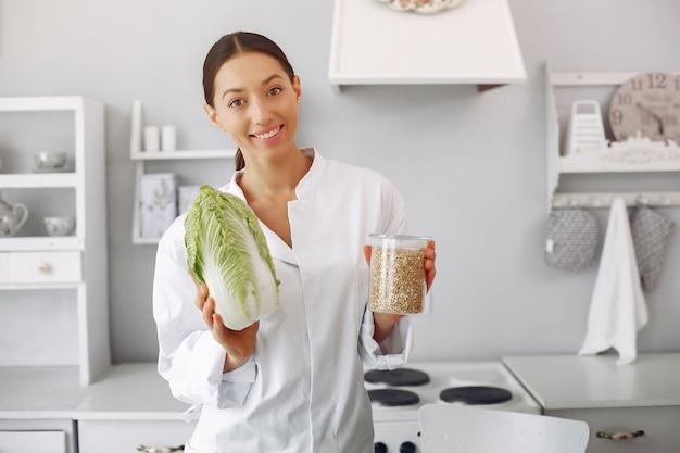 Docteur dans une cuisine avec des légumes