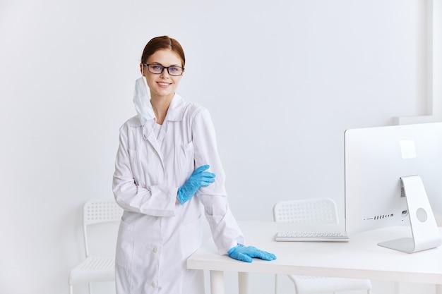 Docteur dans le travail d'hôpital de gants bleus de manteau blanc
