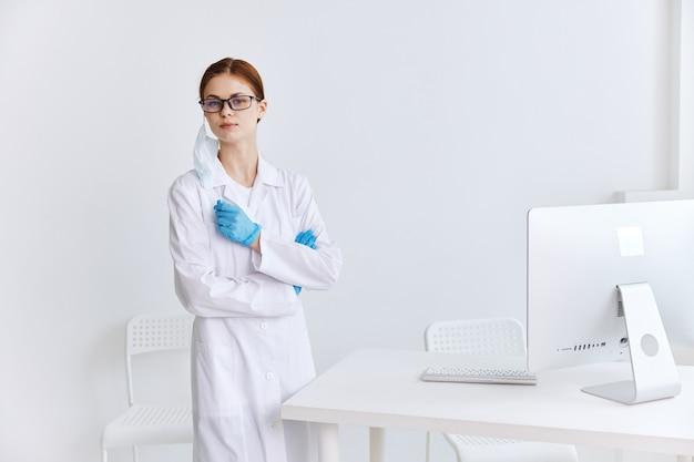 Docteur dans un travail de technicien professionnel en informatique de bureau médical