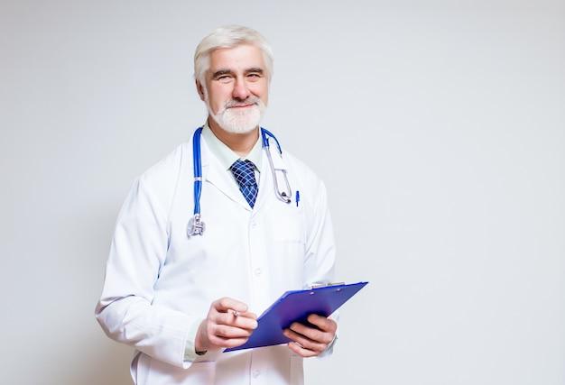 Docteur, debout, avec un dossier et un stéthoscope