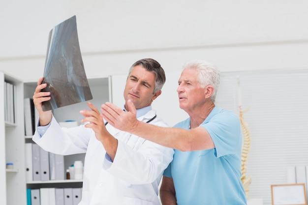 Docteur en discussion avec le patient par rayons x