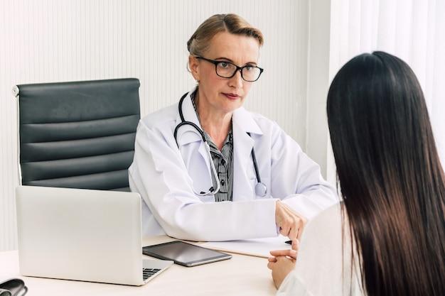 Docteur discutant et consultant une femme patien