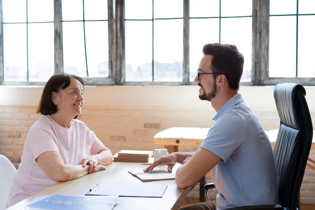 Docteur discutant avec une femme coup moyen