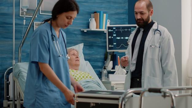 Docteur donnant une bouteille de pilules à une femme malade pour traitement