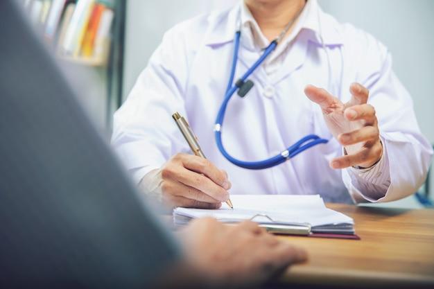 Docteur donner conseil à patient