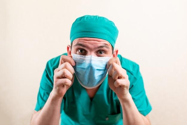 Docteur drôle dans une casquette et un masque médical. photo de haute qualité