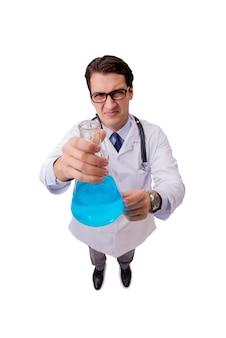 Docteur drôle avec un liquide bleu isolé sur blanc