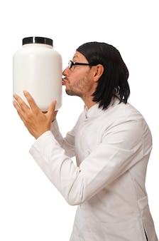 Docteur drôle avec des pots de protéines isolés sur blanc