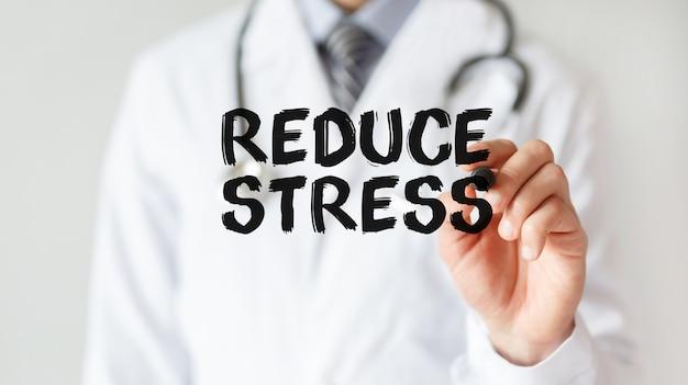 Docteur écrit mot réduire le stress avec marqueur, concept médical