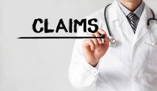 Docteur écrit mot revendications avec marqueur, concept médical