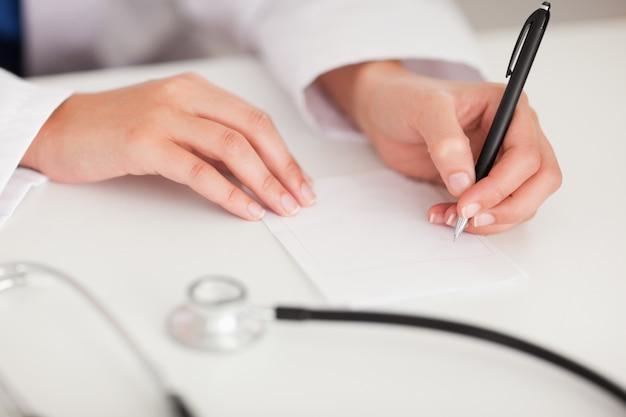 Docteur écrit une note