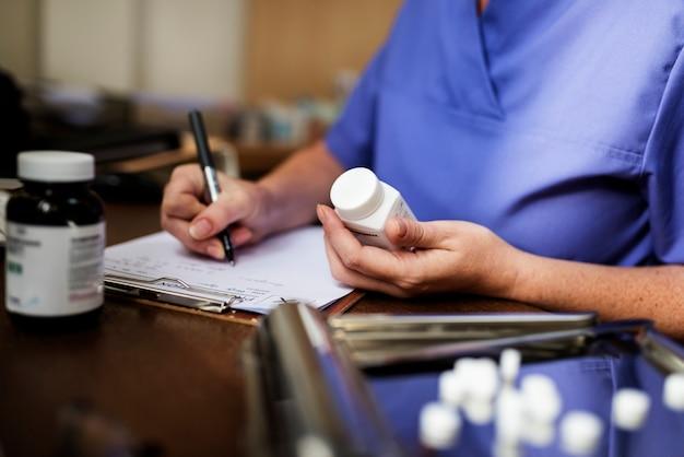 Le docteur écrit une prescription
