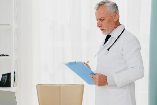 Docteur écrit sur presse-papiers