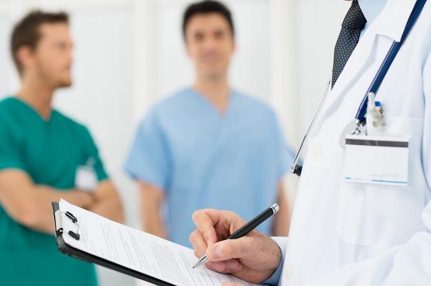 Docteur écrit sur un presse-papiers