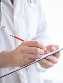 Docteur, écriture, presse-papiers, moderne, hôpital