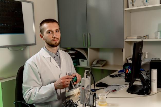 Docteur avec un équipement neuro spécial. examen médical. emg. équipement spécial. electromyographie.