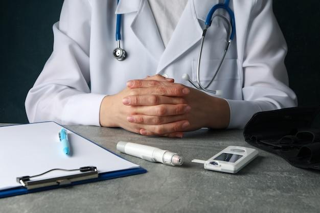 Le docteur est assis avec les bras croisés. test de diabète