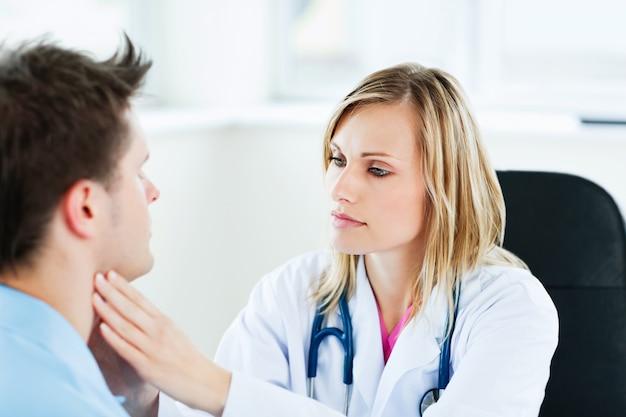 Docteur examinant son patient masculin