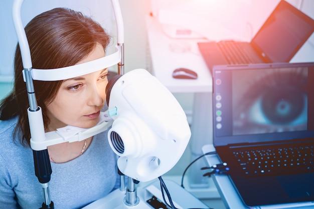 Docteur, examiner, femme, yeux, mesure, machine