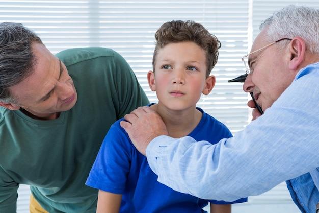 Docteur, examiner, oreille, patient