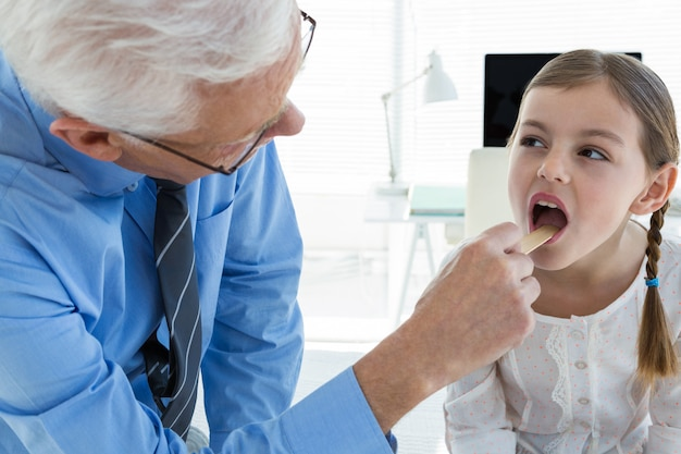 Docteur, examiner, patient, gorge, utilisation, langue, abaisse-langue