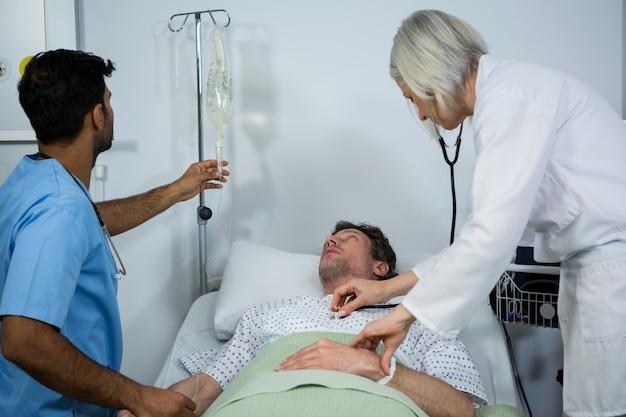 Docteur, examiner, patient, stéthoscope, contrôle, glucose, bouteille