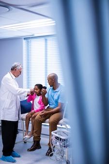 Docteur, examiner, patient