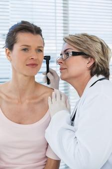 Docteur, examiner, patients, oreille, otoscope