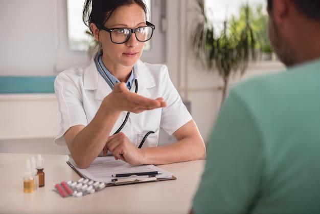 Docteur expliquant rapport à patient