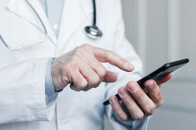 Docteur faisant un appel téléphonique