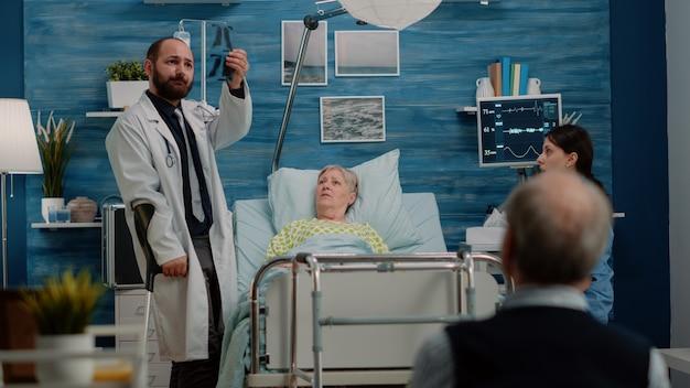 Docteur faisant la visite médicale pour le contrôle de traitement