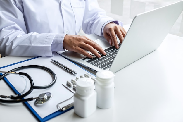 Docteur, fonctionnement, ordinateur portable, hôpital, médical, stéthoscope, médecine, presse-papiers, bureau