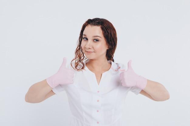 Le docteur en gants de caoutchouc montre que tout ira bien. soins médicaux gratuits. bénévoles à l'hôpital. antiseptiques et matériel médical