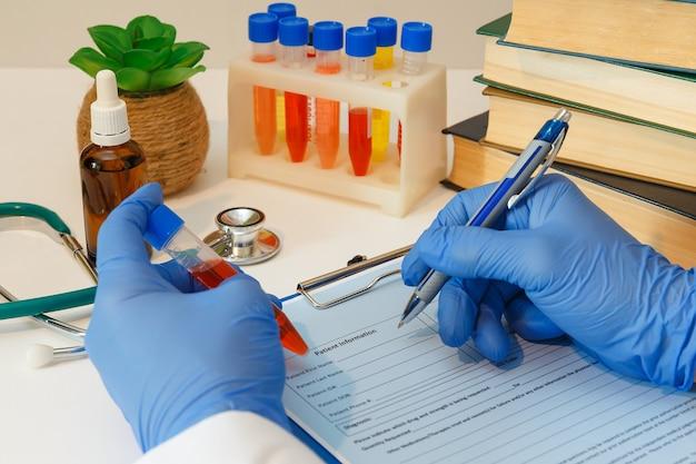 Docteur en gants de protection remplit une carte patient