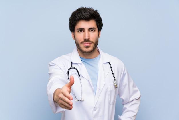 Docteur homme poignée de main après bonne affaire