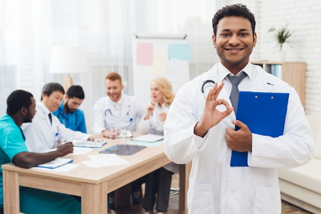 Le docteur indien sourire à la réunion de diagnostic.