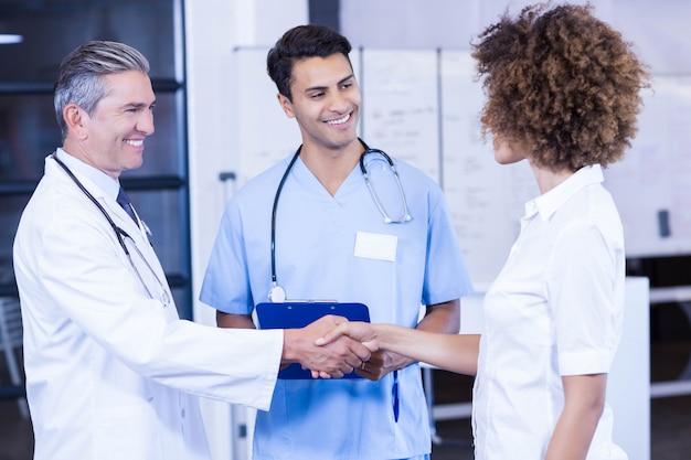 Docteur interagissant et serrant la main d'un collègue à l'hôpital