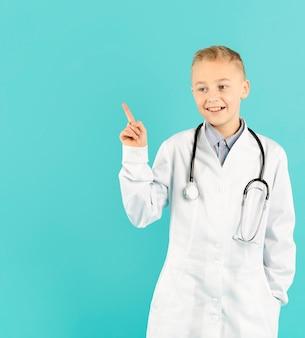 Docteur joyeux pointant sur l'espace de copie