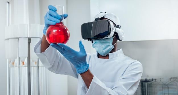 Un docteur en lunettes de réalité virtuelle examine le médicament en laboratoire.