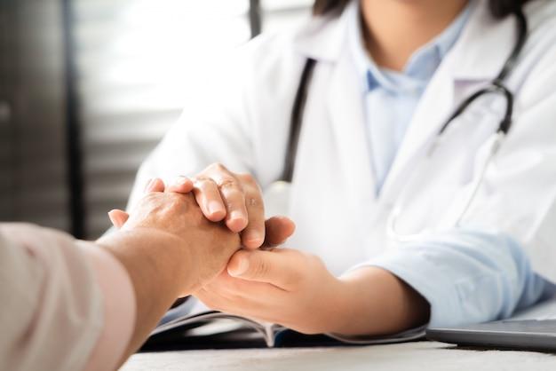 Docteur, mains, ensemble, tenue, personne agee, femme, patient